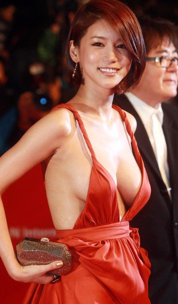 Mỹ nhân Châu Á sexy hở bạo lộ hàng trên thảm đỏ